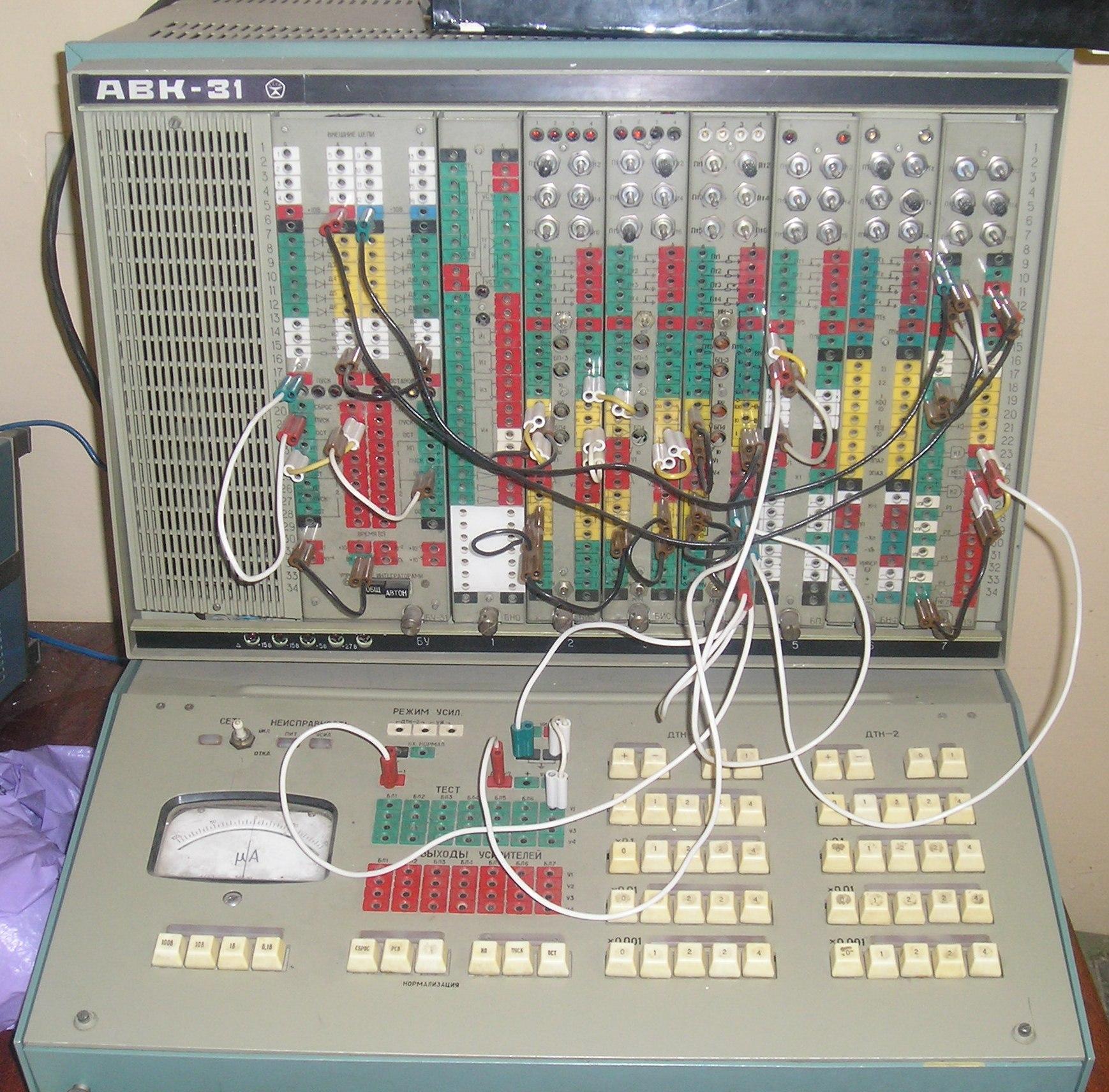 А вот на такой вот вычислительной машине мы делали лабы.  Зато она решала такие загогулистые диффуры...